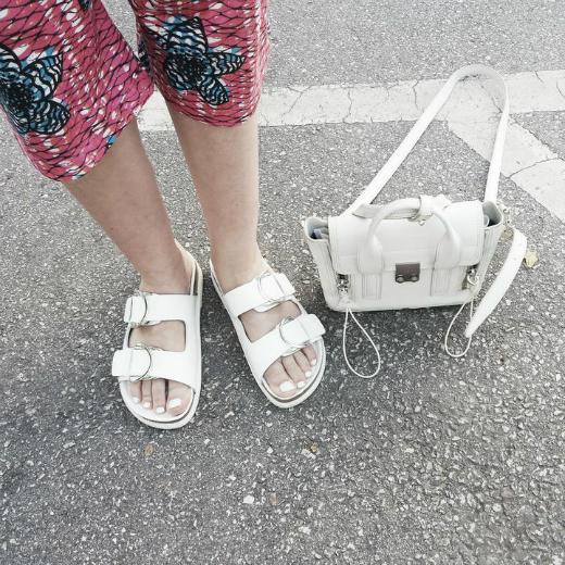 4af2f6e7e4c Τις χαρακτήρισαν ως τα πιο άσχημα παπούτσια, σαν υποδήματα που θυμίζουν  ορθοπεδικά και ο ανδρικός πληθυσμός αποφάνθηκε πως είναι ό,τι πιο  αντισεξουαλικό ...